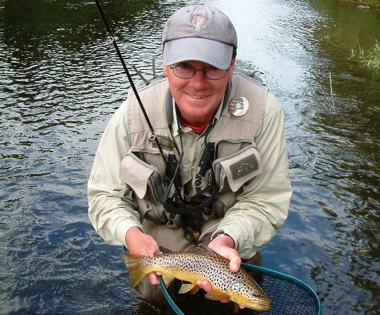 John Higgins avec une très belle truite de la rivière Liffey